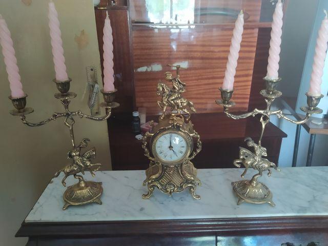 conjunto candelabros y reloj de bronce