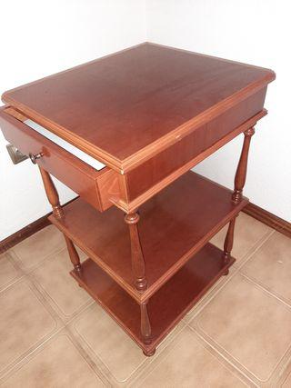 Mesita auxiliar de madera con un cajón