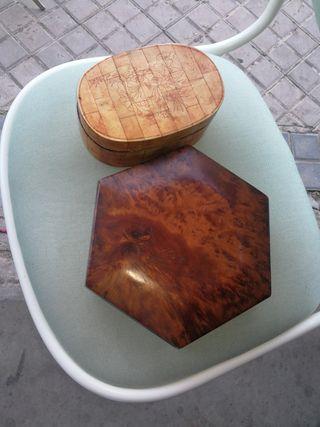dos cajas antiguas de madera mui bonitas