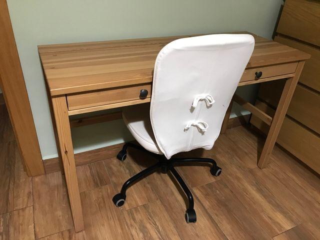 Mesa de escritorio y silla de ruedas