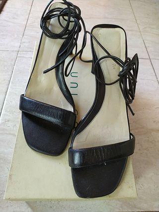 Sandalia negra piel y charol, núm. 39