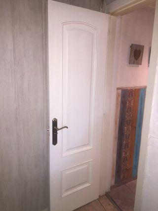 Tres puertas de paso lacadas en blanco