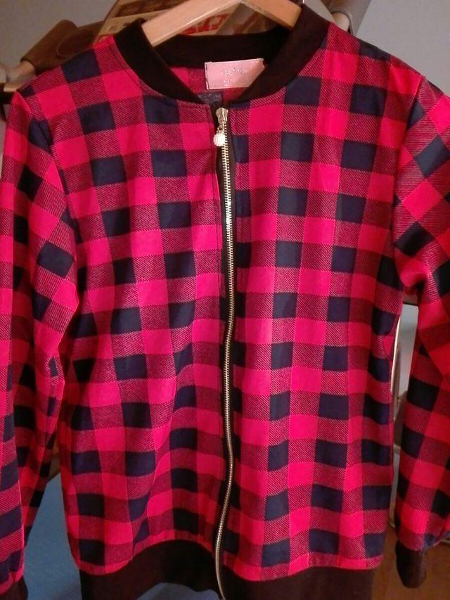 chaqueta de cuadros roja y negra