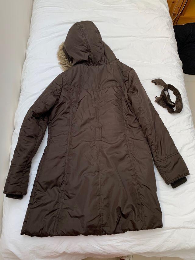 Abrigo largo marrón con capucha con pelo