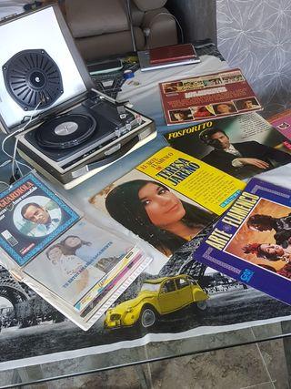 Tocadiscos vintage con colección de discos vintage