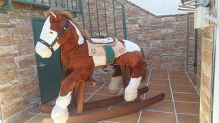 caballo balancin muy bonito y de madera maziza