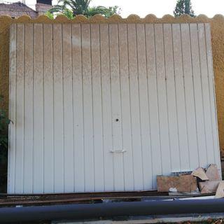 Puerta de garaje basculante.