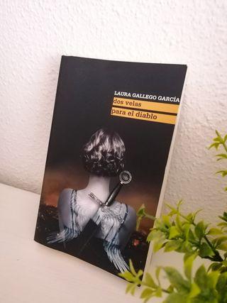 Libro Dos velas para el diablo de Laura Gallego
