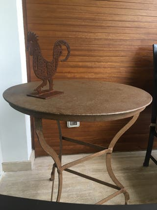 Mesa redonda hierro forjado. Color marrón café.