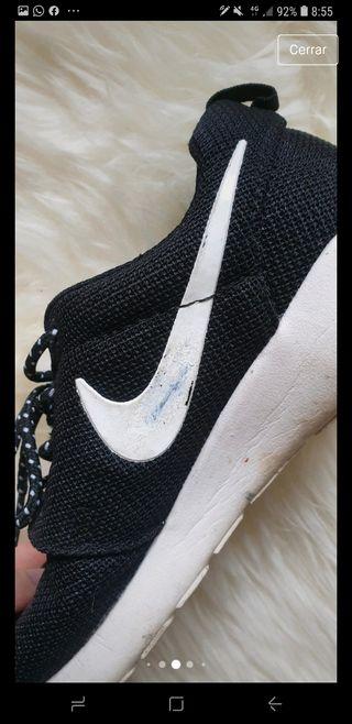 Zapatillas negras y blancas logo nike, talla 37