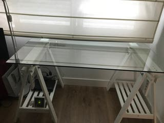 Mesa de escritorio de cristal con caballete blanco