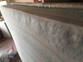 Colchón y base tapizada con patas 135 cm