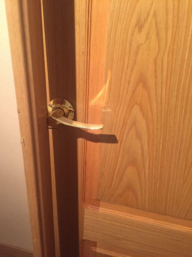 Puerta de paso de madera con marco