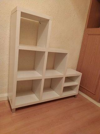 bonita estantería en forma de escalera