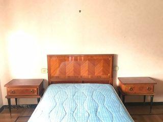 cama y mesillas modernistas