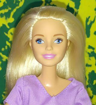 Barbie rubia juvenil.