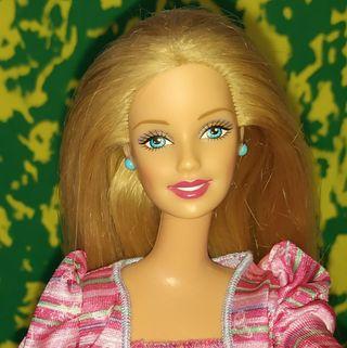 Muñeca Barbie rubia con pedientes y anillo a juego