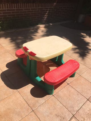 Mesa infantil con 2 bancos