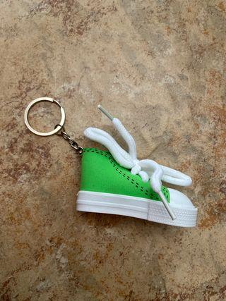 Llavero de zapatilla verde