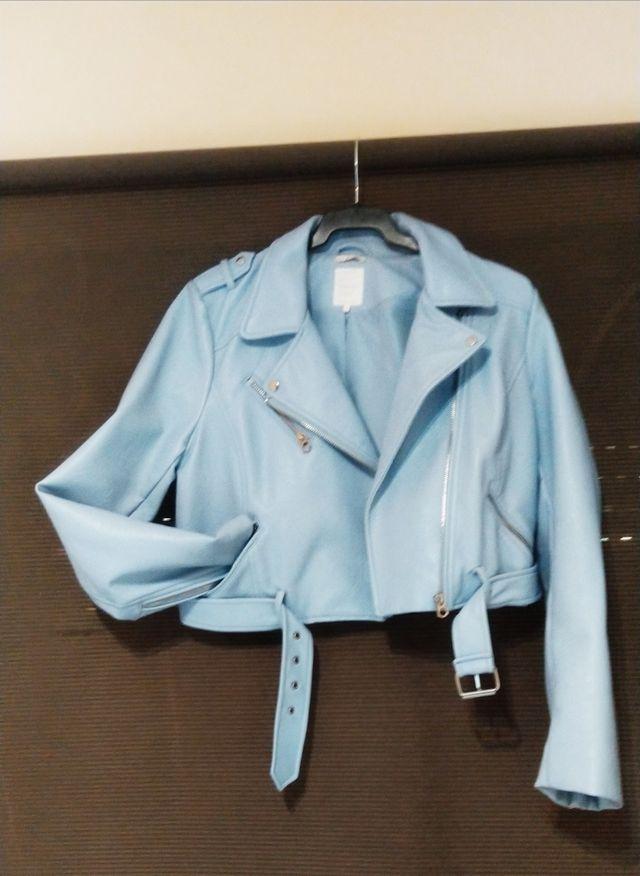 Cazadora biker azul claro de Zara