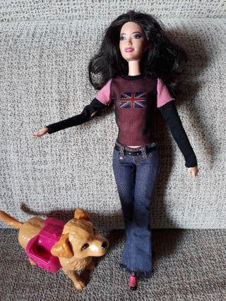 Juguete Muñeca Barbie pasea con su perro