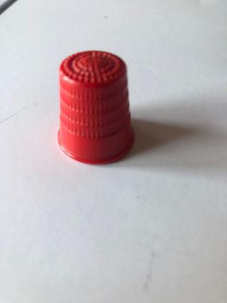 Dedal rojo de plástico