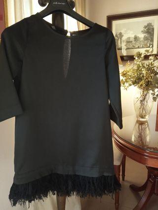 vestido corto coctel negro con plumas