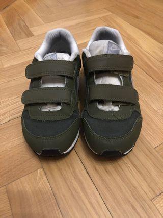 Zapatillas deportivas Nike verdes y blancas