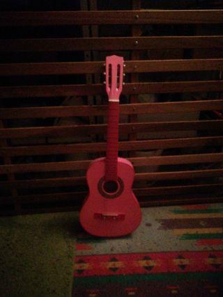Guitarra española rosa