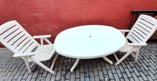 Mesa blanca con dos sillones