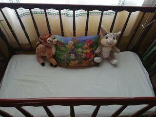 cuna de madera de bebé y colchón