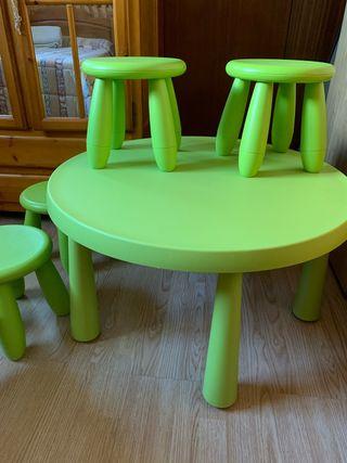 Mesa infantil y taburetes ikea