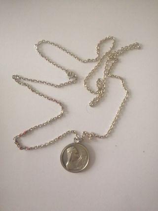 Cadena de plata con medallon