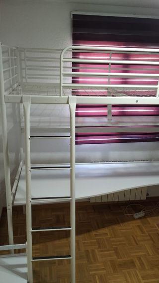 Habitación ikea alta con estantería y mesa de estu