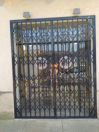 puerta de hierro y puerta de cristal templado