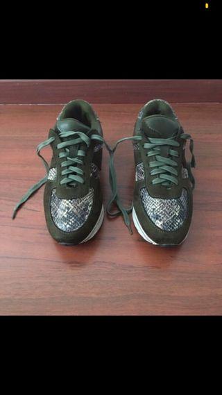 Zapatillas verde con estampado serpiente