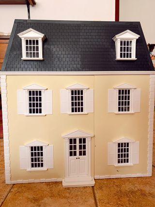 Casa de muñecas antigua.