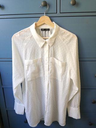 Blusa blanca de topos