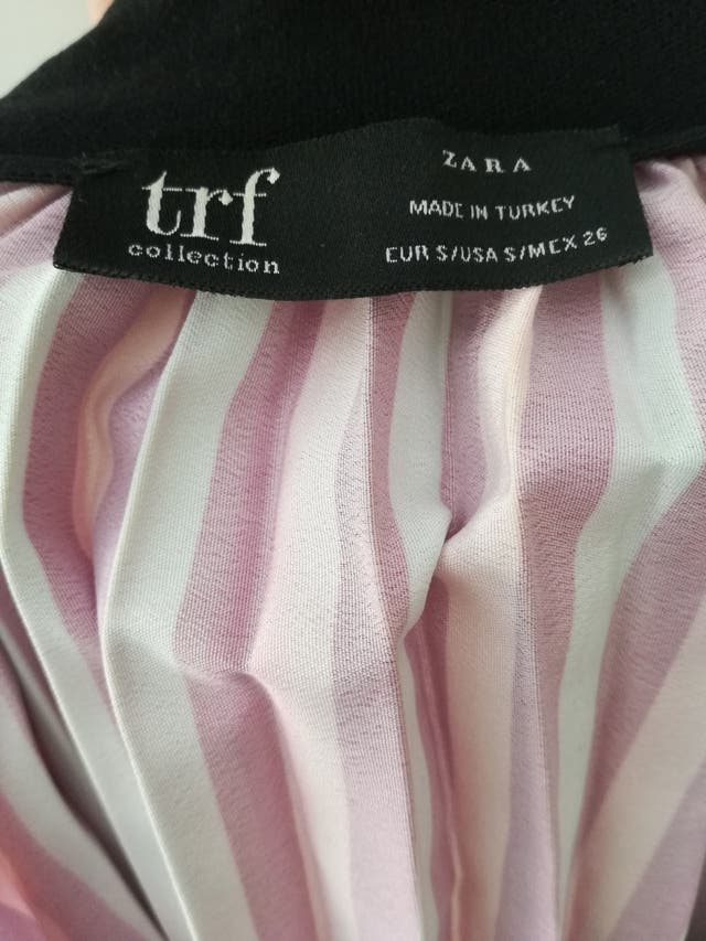 Falda plisada de rayas.