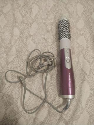 Secador de pelo com cepillo incorporado.