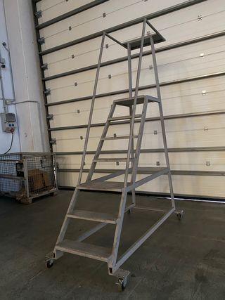 Dos Escaleras almacén de hierro con ruedas