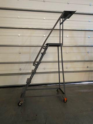 Dos escaleras de hierro con ruedas
