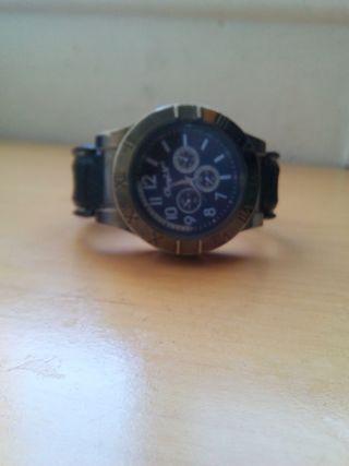 es un reloj completamente nuevo con mechero cargab