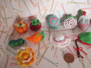 Mini broches a crochet, variados