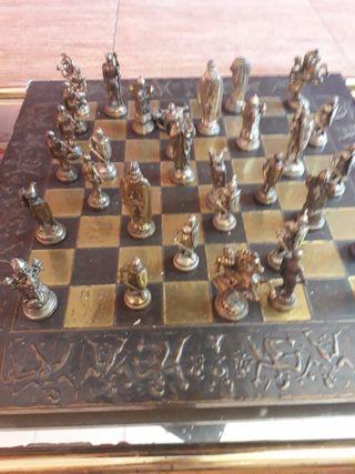 ajedrez de bronce dorado