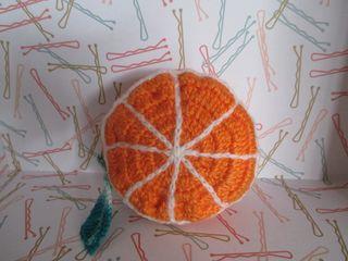 Monedero a crochet, fruta naranja