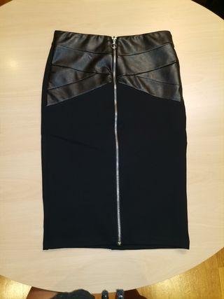 Falda de cuero ajustada.