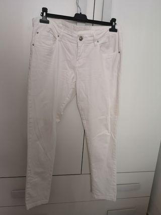 Par de pantalones blanco y coral.