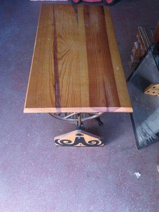 mesa echa de un pie de maquina antigua de coser