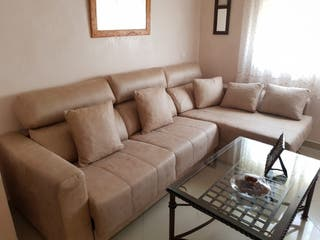 sofá de chaise long y cama matrimonial incluida